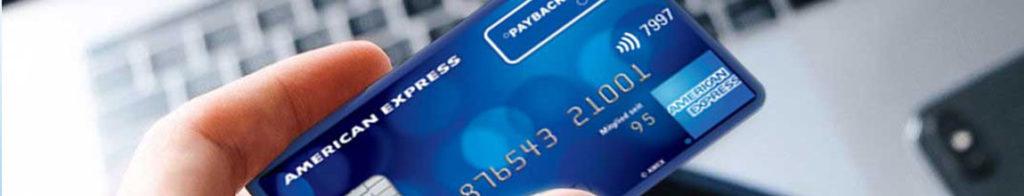 Die Payback American Express Kreditkarte wird in der Hand gehalten um sie im Internet zum Kaufen einzusetzen
